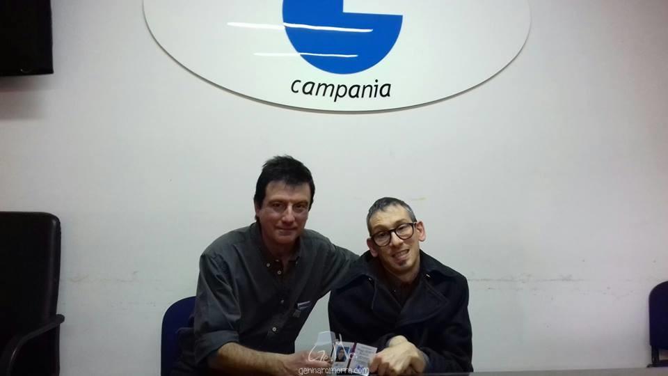 Il presidente dell'Ordine dei Giornalisti della Campania, Ottavio Lucarelli, consegna il tesserino di giornalista a Gennaro Morra