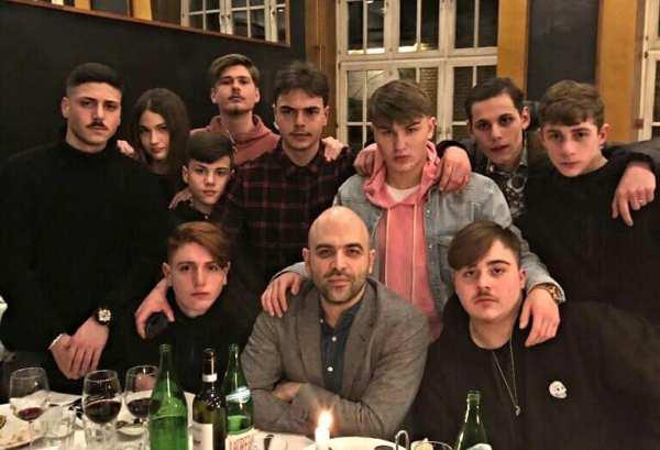 Roberto Savioano con il gruppo di attori de Paranza dei Bambini